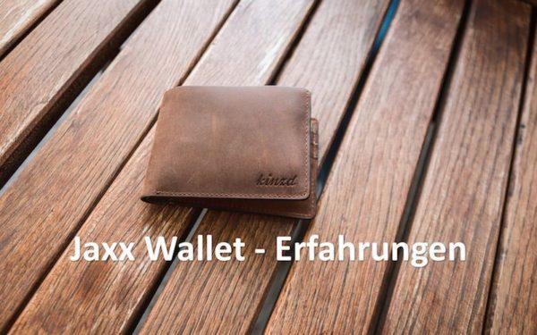Braunes Wallet auf Holz