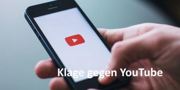 Hand hält Smartphone, YouTube wird auf Bildschirm angezeigt