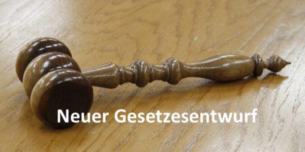 Gesetzeshammer auf Holzuntergrund