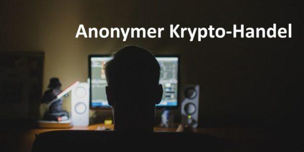Eine Person sitzt im Dunkeln am Schreibtisch vor Computerbildschirm
