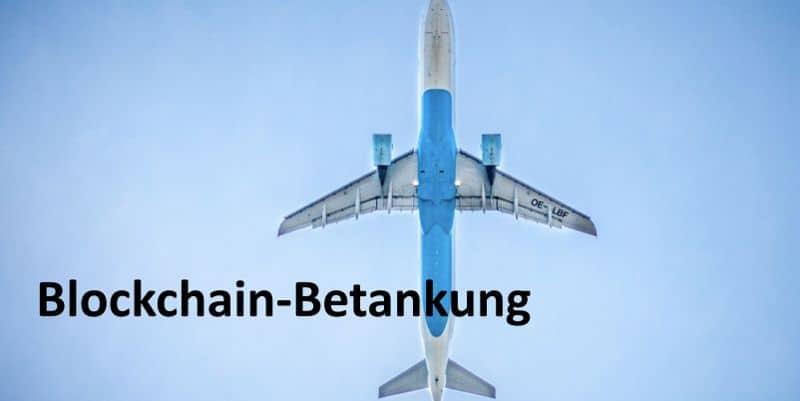 Ein fliegendes Flugzeug aus Sicht von unten