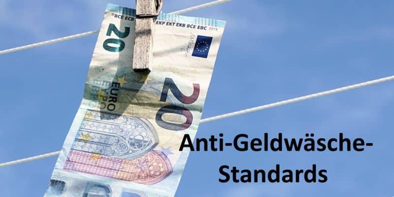 Ein 20 Euro-Schein mit Wäscheklammer an Leine befestigt