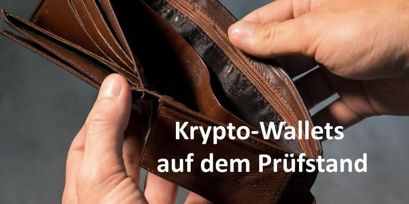 Zwei Hände halten geöffneten brauen Geldbeutel