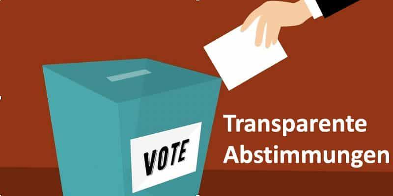Ein Abstimmungszettel wird in eine Wahlurne gelegt