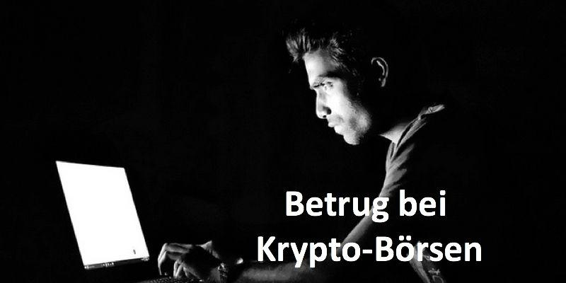 Eine Person sitzt im Dunkeln vor einem Laptop