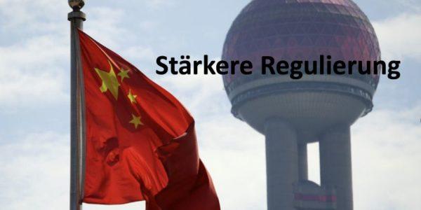 Chinesische Flagge und Oriental Pearl Tower