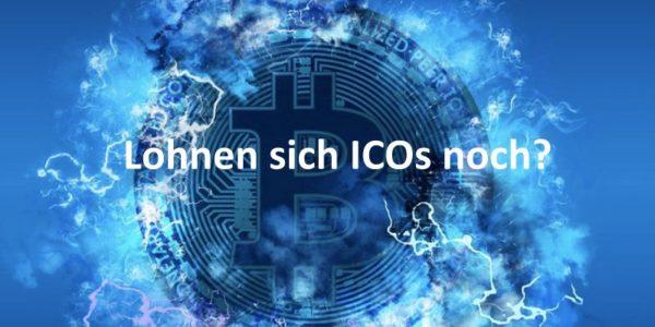 Eine Bitcoin-Münze vor blauem Hintergrund