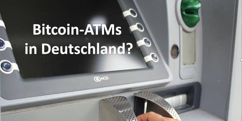 Jemand tippt Geheimcode in Bankautomat