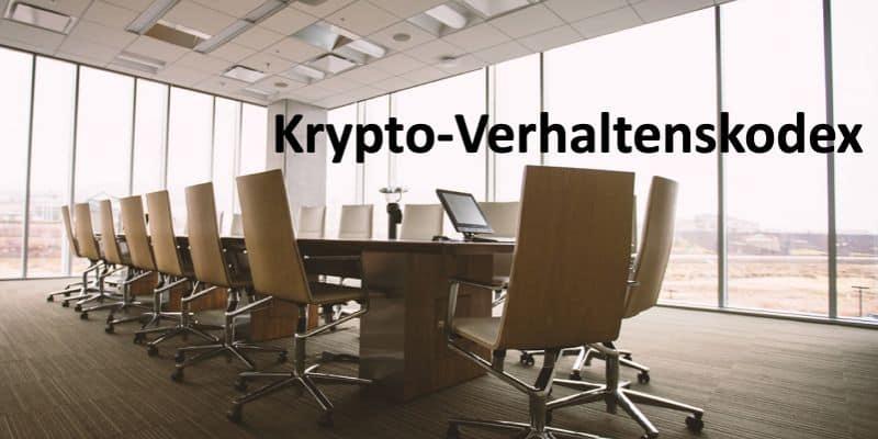 Großer Tisch mit Stühlen in einem Konferenzraum