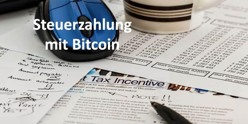 Stift, Maus und Kaffeebecher liegen auf einer Steuererklärung