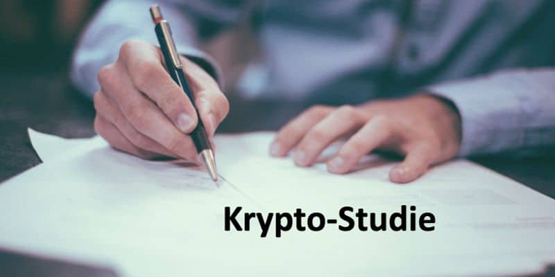 Jemand schreibt mit einem Kugelschreiber auf ein Blatt Papier