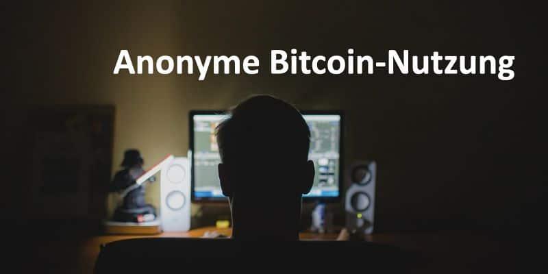 Eine Person sitzt vor einem Desktop